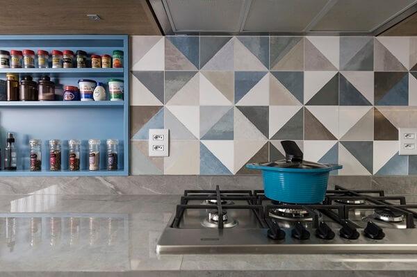 Porcelanato para cozinha: banqueta de porcelanato (Projeto: Ambientta)