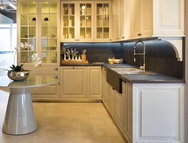Porcelanato para cozinha: estilo clássico e bancada preta (projeto: Cosentino)