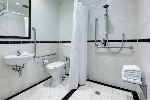Banheiro acessível com chuveiro: barra de apoio e assento trazem segurança no banho
