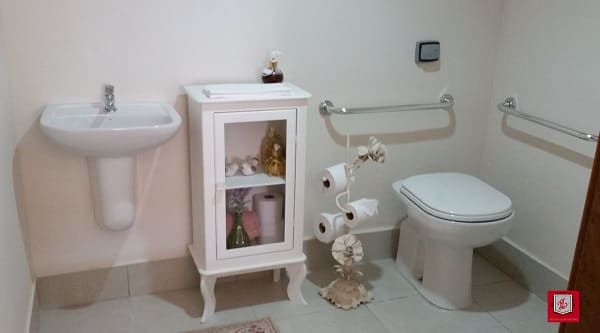 Banheiro acessível com armário no estilo retrô (projeto: Elisama Costa)