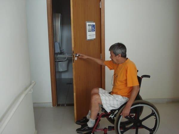 Banheiro acessível: porta de banheiro acessível (foto: blog do cadeirante)