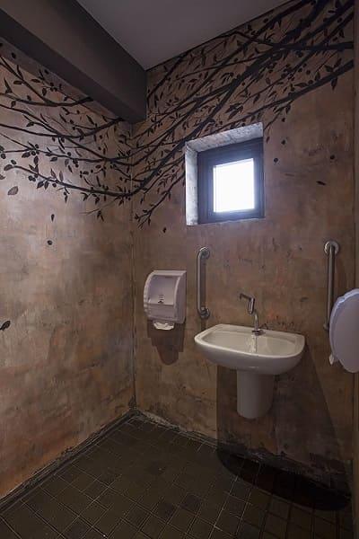 Banheiro acessível: barras de apoio ao lado da pia (projeto: Bárbara Jalles Guimarães)