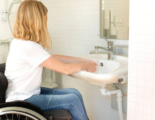 Banheiro acessível: lavatório sem armário embaixo facilita o uso do cadeirante