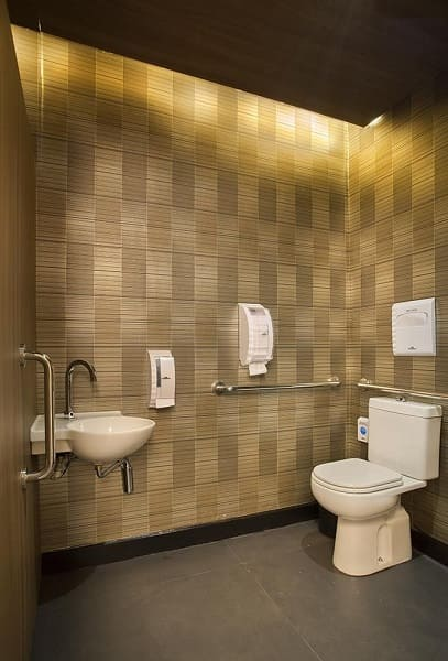 Banheiro acessível residencial com paginação criativa no revestimento (projeto: Gustavo Neves)