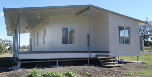 Casa de Isopor com piso elevado e fachada branca