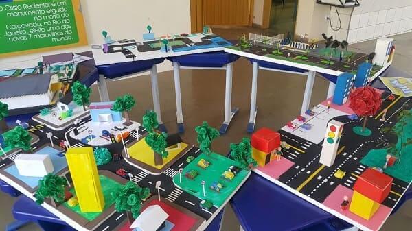 Como fazer uma maquete de cidade: maquetes com base de isopor e embalagens