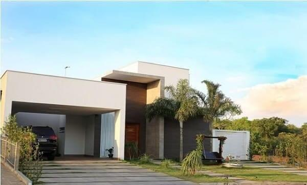 Fachadas de casas térreas com garagem na frente: branco e cinza são cores clássicas para fachada (projeto: L+D Arquitetas)