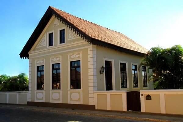 Fachadas de casas térreas com telhado de duas águas: cores neutras e formas geométricas trazem simplicidade e beleza (projeto: Sandro Clemes)