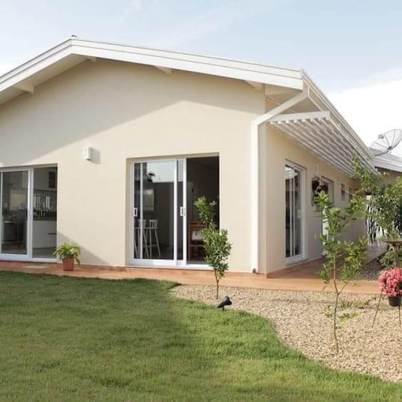 Fachadas de casas térreas com telhado de duas águas: fachada de cor creme e bege