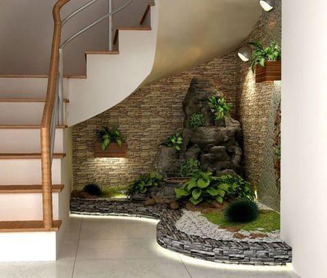 Jardim de inverno embaixo da escada: fonte deixa ambiente mais aconchegante