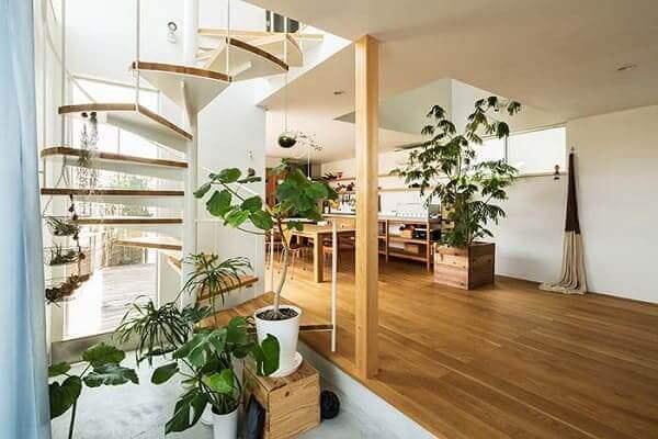 Jardim embaixo da escada: alguns tipos de degraus podem ser usados como suporte
