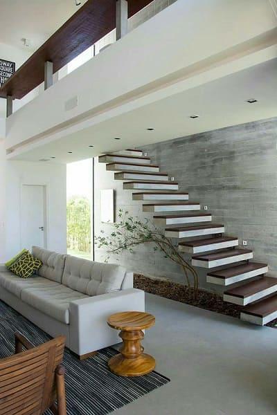 Jardim embaixo da escada: bambu mosso trouxe leveza