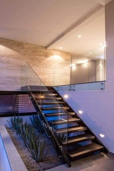 Jardim embaixo da escada: Espada de São Jorge trouxe elegância e sofisticação