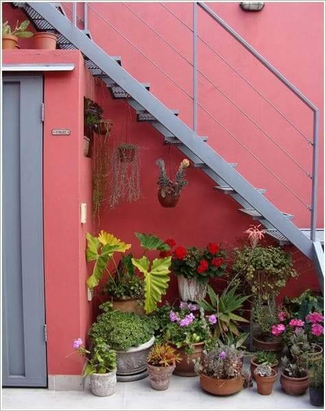 Jardim embaixo da escada externa: ótimo espaço para incluir vasos