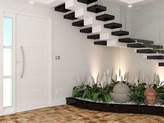 Jardim embaixo da escada: flores brancas combinam com a escada