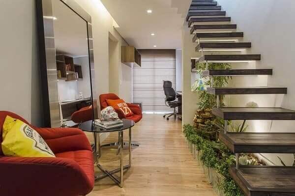 Jardim embaixo da escada: fonte e iluminação dão charme especial (projeto: Ricardo Lopez)