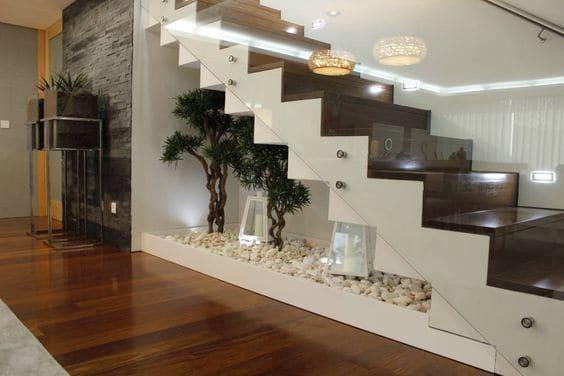 Jardim embaixo da escada: luminárias marroquinas combinam com plantas