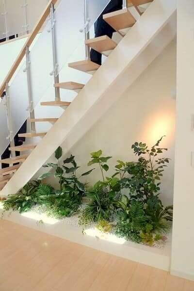 Jardim embaixo da escada: plantas dão charme até aos espaços mais reduzidos