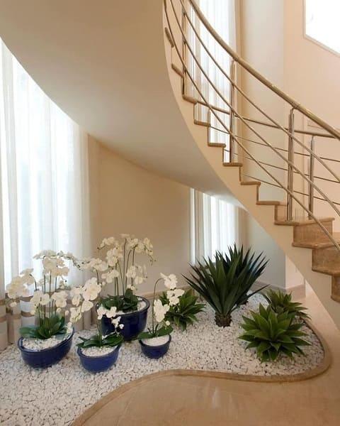 Jardim embaixo da escada: vasos azuis trazem cor para o ambiente