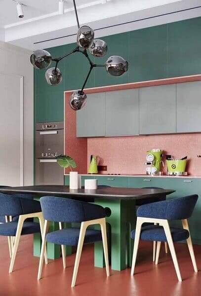 Paleta de cores complementares decompostas: rosa verde e azul criam clima alegre na cozinha
