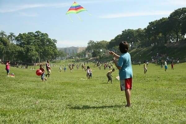 Quinta da Boa Vista: criança empinando pipa no parque (Foto: Veja Rio)