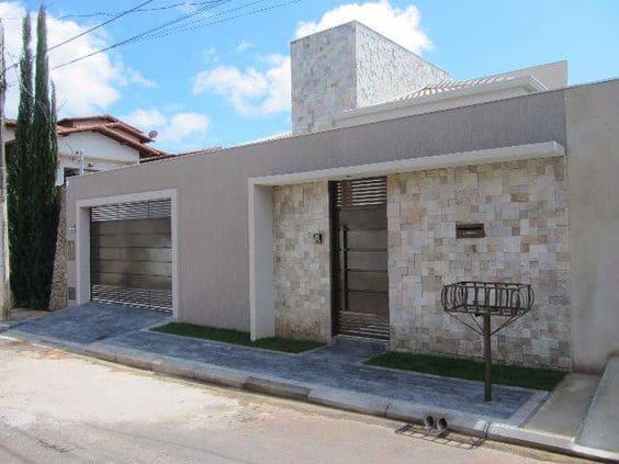 Fachadas de casas térreas: cores neutras deixam fachada moderna e elegante