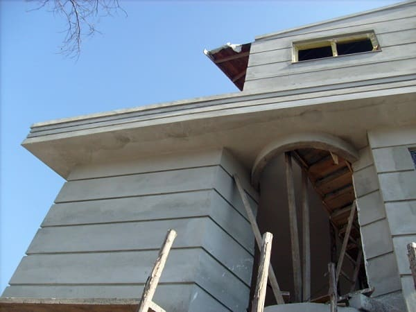 Fachadas de casas térreas: friso na fachada disfarça trincas comuns