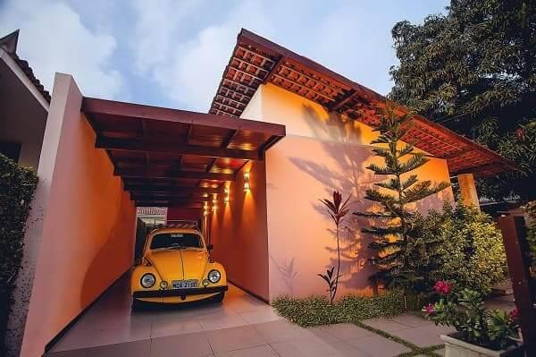 Fachadas de casas térreas com garagem na frente: garagem com iluminação traz beleza e valoriza espaço pequeno (projeto: Martins Lucena)