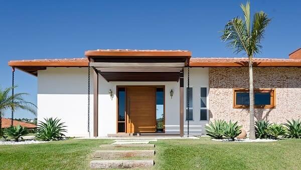 Fachadas de casas térreas com telhado aparente: telhas são uma opção clássica e bonita (projeto: Noma Estúdio)