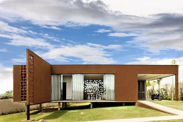 Fachadas de casas térreas com telhado embutido: cobogó ajuda na iluminação natural e ventilação (projeto: 1:1 arquitetura:design)