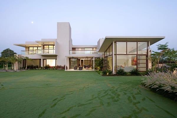 Fachadas de casas térreas modernas: cores neutras combinam com o entorno