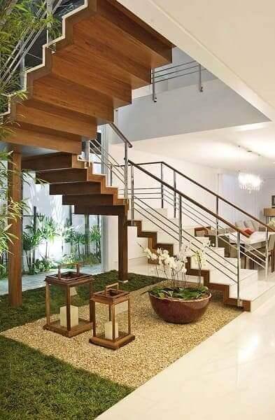Jardim embaixo da escada: luminárias marroquinas combinam com o tom da escada