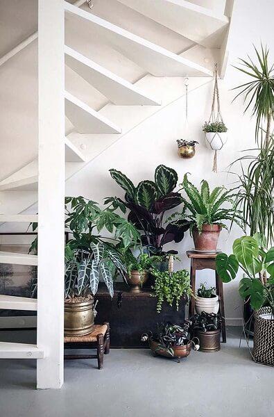 Jardim embaixo da escada: vasos de diferentes materiais e tamanhos dão charme ao espaço