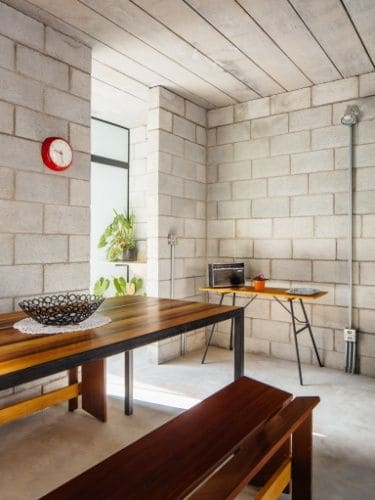 Tipos de tijolos: cozinha com tijolo de concreto e móveis de madeira