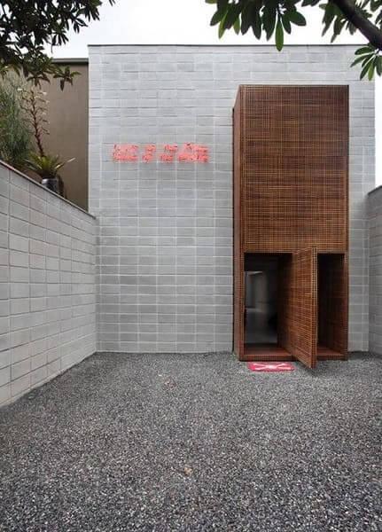 Tipos de tijolos: fachada com tijolo de concreto e luz em neon
