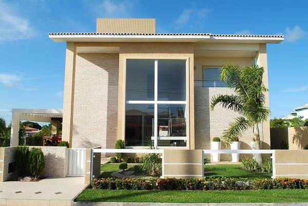 Casa quadrada: fachada de casa moderna com jardim (projeto: Bernal Projetos)