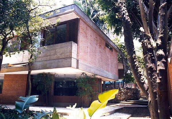 Casa quadrada: ambiente com vegetação e edificação em balanço (projeto: Douglas Piccolo Arquitetura e Planejamento Visual LTDA)