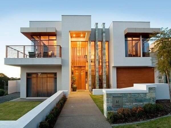 Casa quadrada: fachada branca com janela de vidro (fonte: Revista Viva Decora)