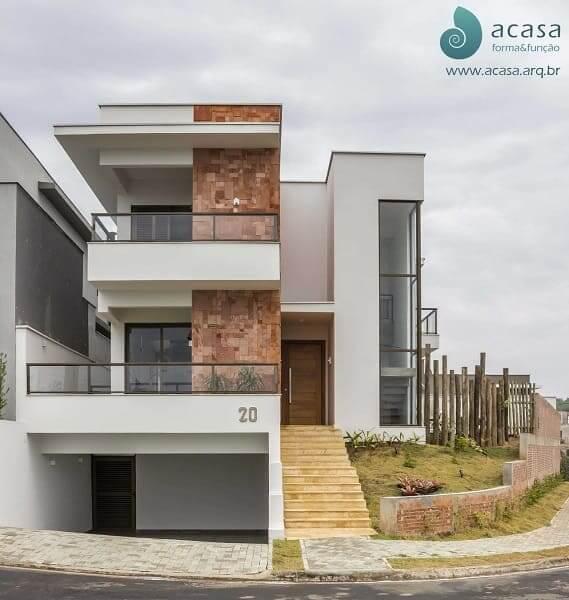 Casas quadradas modernas pequenas: fachada branca com tijolinhos (projeto: ACASA|forma&função)