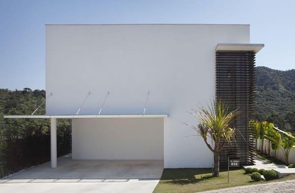 Casa quadrada: fachada branca minimalista (projeto: A1 Arquitetura)