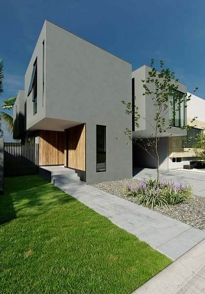 Casa quadrada: fachada cinza com madeira (fonte: Revista Viva Decora)