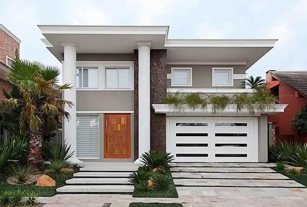 Casa quadrada: fachada clara com pilotis (fonte: Revista Viva Decora)