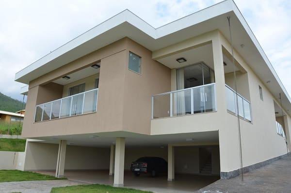 Casa quadrada: fachada com cores neutras e ampla garagem (projeto: Solange Figueiredo)
