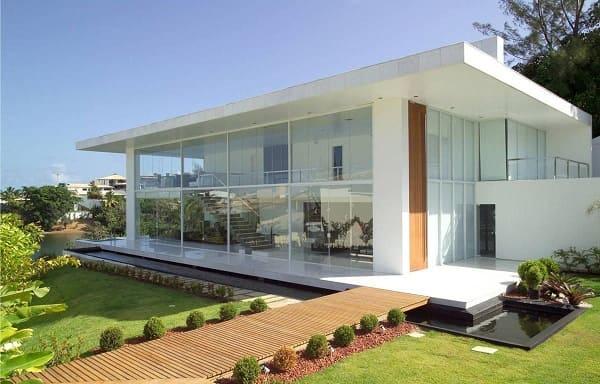 Casa quadrada: fachada com parede de vidro e deck de madeira (projeto: SQ+Arquitetos Associados)