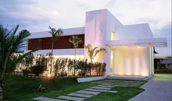 Casa quadrada: fachada com pergolado de concreto e piso com pedra (fonte: Revista Viva Decora)