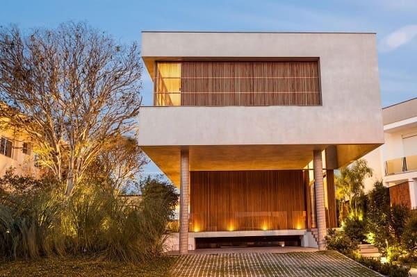 Casa quadrada: fachada com pilotis e brise (projeto: Marchetti Bonetti+)