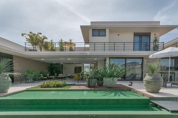 Casa quadrada: fachada com porta de vidro deslizante (projeto: Jannini Sagarra Arquitetura)