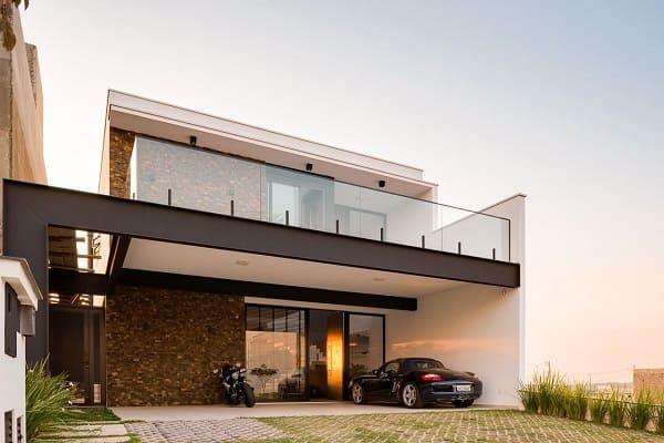 Casa quadrada: fachada com revestimento em pedras (projeto: Galpão Design Arquitetura, interiores &CO)