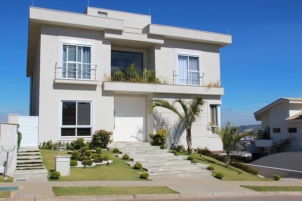 Casa quadrada: fachada com uma parede de vidro para entrada de luz (projeto: Leonice Alves)