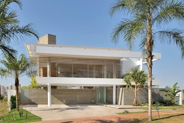Casa quadrada: fachada da casa com porta de Vidro (projeto: Barillari Arquitetura)